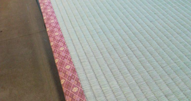 赤い縁のついた畳