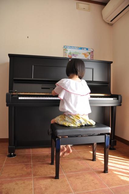ピアノをひいてる子